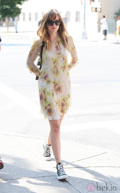 Dakota Johnson con un vestido de flores