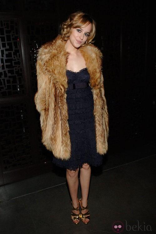 Dakota Johnson con un vestido azul marino y un abrigo de piel