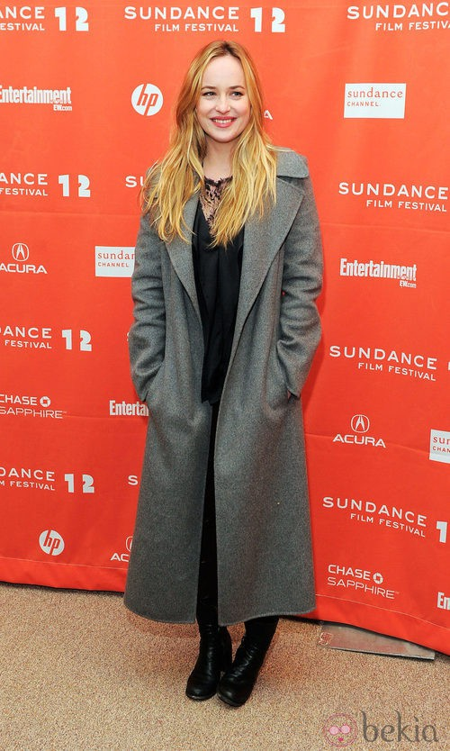 Dakota Johnson con un abrigo gris largo