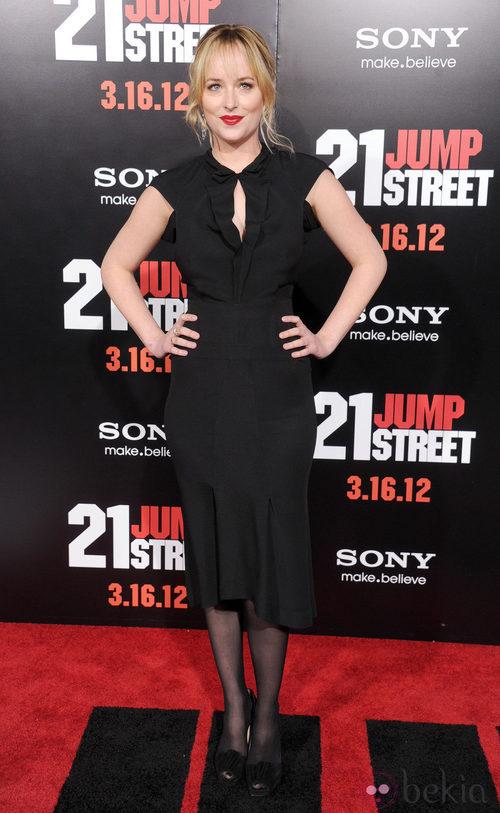 Dakota Johnson con un vestido negro con escote lágrima