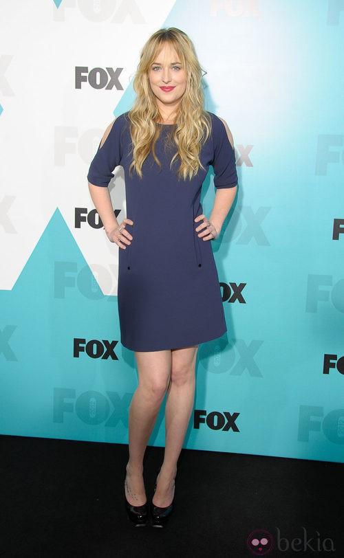 Dakota Johnson con un vestido azul marino con manga tres cuartos