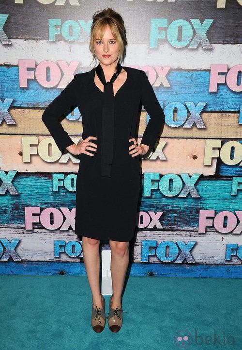 Dakota Johnson con un vestido negro con corbata del mismo color