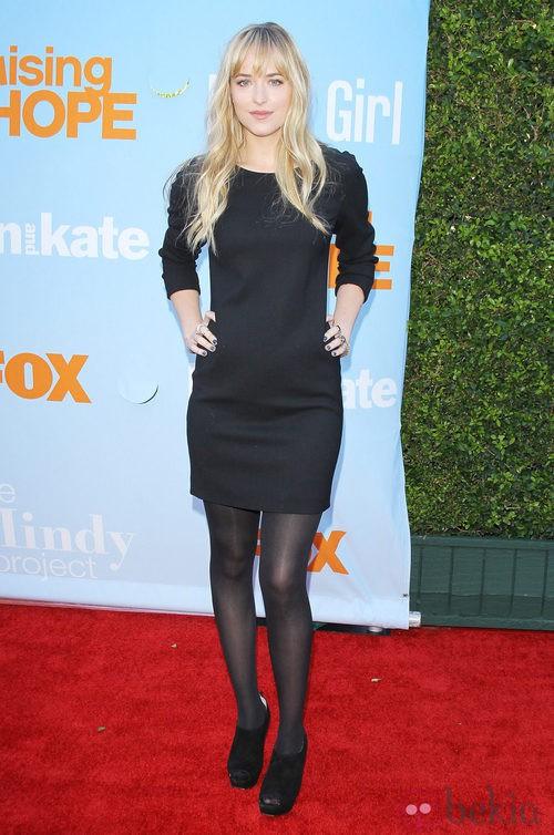 Dakota Johnson con un vestido negro con manga francesa
