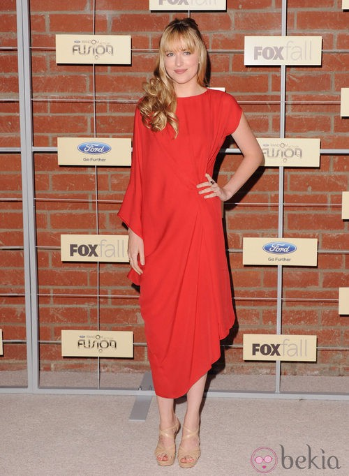 Dakota Johnson con un vestido rojo asimétrico