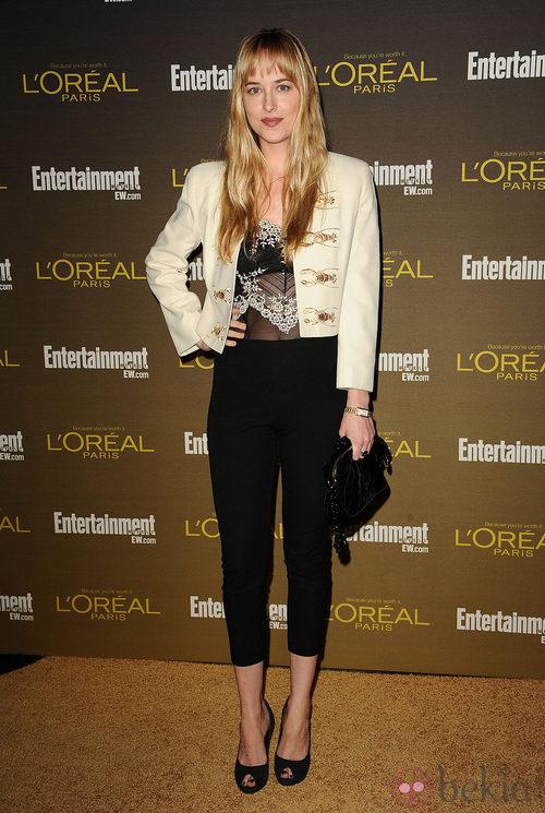 Dakota Johnson con unos pantalones midi negros