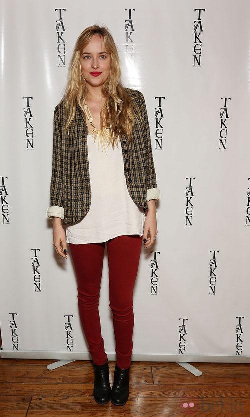 Dakota Johnson con chaqueta de cuadros y jeans burdeos
