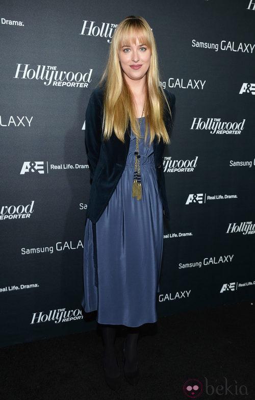 Dakota Johnson con vestido azul de seda