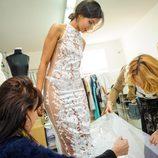Así se prepara Mariam Bachir para la alfombra roja en el taller de Charo Ruiz Ibiza