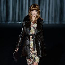 Vestido estampado y chaqueton negro de Roberto Verino en Madrid Fashion Week para otoño/invierno 2015/2016