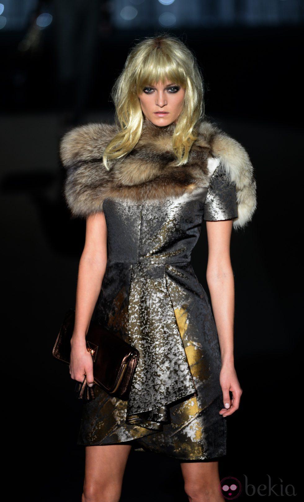 Vestido plata y dorado con estola de Roberto Verino en Madrid Fashion Week para otoño/