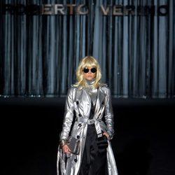 Gabardina plateada de Roberto Verino en Madrid Fashion Week para otoño/invierno 2015/2016