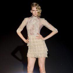 Vestido de encaje dorado de Hannibal Laguna para otoño/invierno 2015/2016 en Madrid Fashion Week
