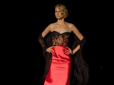 Vestido rojo y negro con mantón de Hannibal Laguna para otoño/invierno 2015/2016 en Madrid Fashion Week
