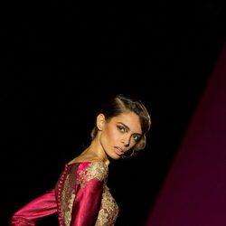 Vestido fucsia con encaje dorado de Hannibal Laguna para otoño/invierno 2015-2016 en Madrid Fashion Week