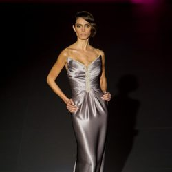 Vestido plateado palabra de honor de Hannibal Laguna para otoño/invierno 2015/2016 en Madrid Fashion Week