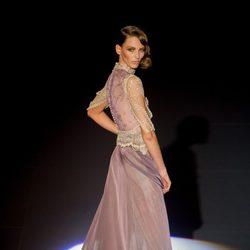 Vestido ocre y violeta de encaje de Hannibal Laguna para otoño/invierno 2015-2016 en Madrid Fashion Week.