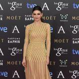 Úrsula Corberó con un vestido de Teresa Helbig en la alfombra roja de los Premios Goya 2015