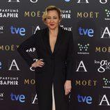 Carmen Machi con un vestido de Nicolás Vaudelet en la alfombra roja de los Premios Goya 2015