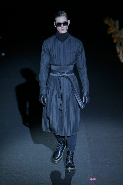 Gabardina negra de Davidelfin en Madrid Fashion Week para otoño/invierno 2015/2016