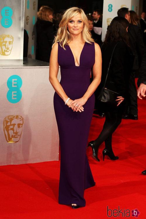 Reese Witherspoon con un vestido de Stella McCartney en la alfombra roja de los Premios BAFTA 2015