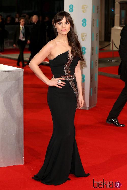 Charlotte Riley con un vestido negro en la alfombra roja de los Premios BAFTA 2015