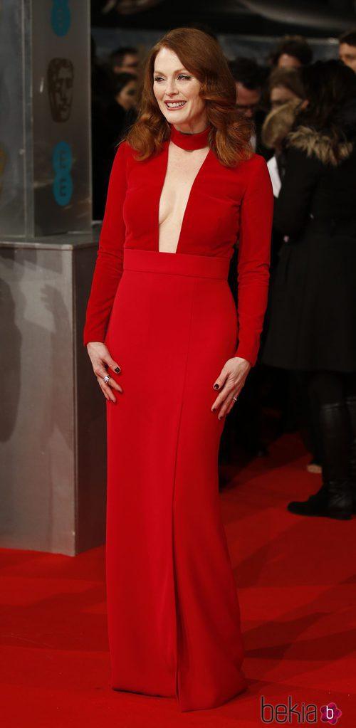 Julianne Moore con un vestido rojo en la alfombra roja de los Premios BAFTA 2015