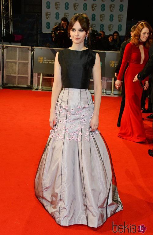 Felicity Jones con un vestido de Dior en la alfombra roja de los BAFTA 2015