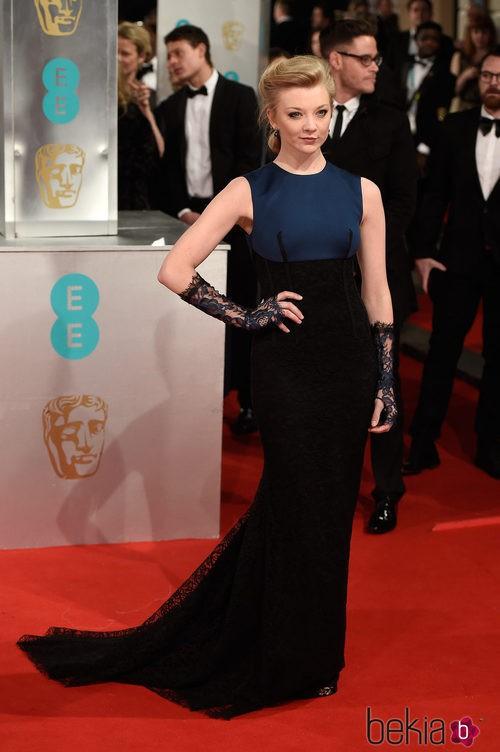 Natalie Dormer con un vestido azul y negro en la alfombra roja de los BAFTA 2015