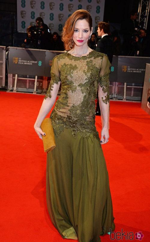 Sienna Guillory con un vestido verde en la alfombra roja de los BAFTA 2015