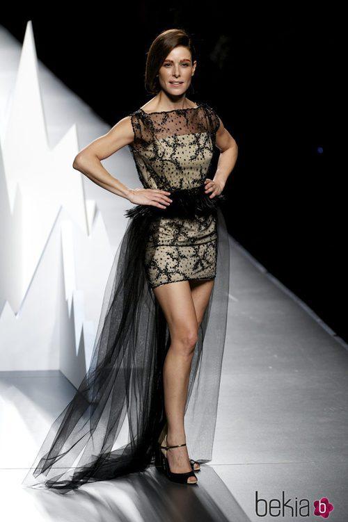 Raquel Sánchez Silva con un vestido de pedrería en el desfile de Ion Fiz
