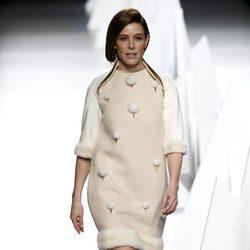 Raquel Sánchez Silva con un vestido blanco roto en el desfile de Ion Fiz
