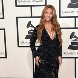 Beyoncé con un vestido de transparencias en la alfombra roja de los Grammy 2015