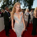 Paris Hilton con un vestido plateado en la alfombra roja de los Grammy 2015