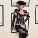 Madonna con un peculiar vestido de Givenchy en la alfombra roja de los Grammy 2015