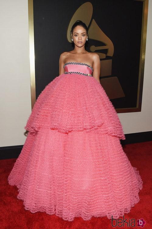 Rihanna con un vestido de Giambattista Valli en la alfombra roja de los Grammy 2015