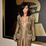 Kim Kardashian con un vestido bata de Jean Paul Gaultier en la alfombra roja de los Grammy 2015