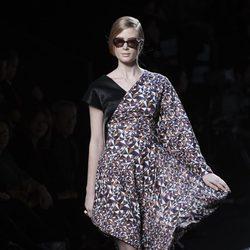 Vestido estampado y de corte asimétrico de la colección otoño/invierno 2015/2016 de Ion Fiz