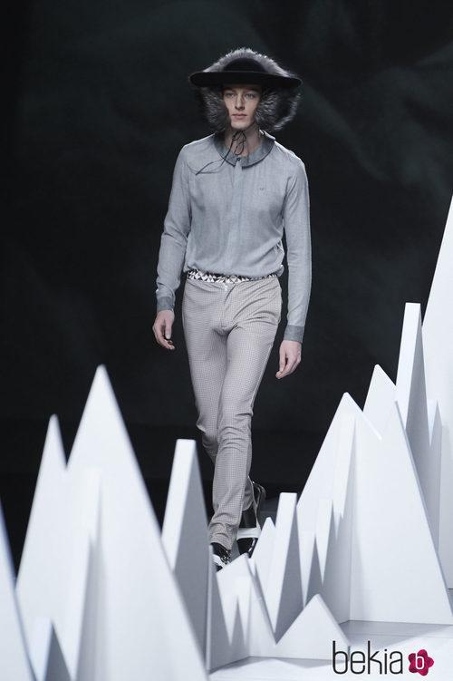 Camisa gris y pantalón a cuadros de la colección otoño/invierno 2015/2016 de Ion Fiz