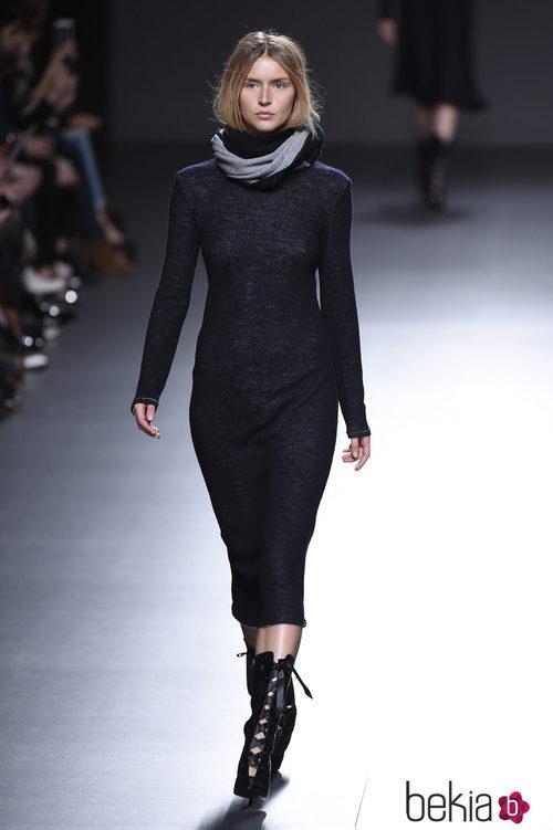Vestido negro de la colección otoño/invierno 2015/2015 de Ángel Schlesser