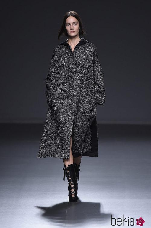 Vestido oversize de cheviot de la colección otoño/invierno 2015/2016 de Ángel Schlesser