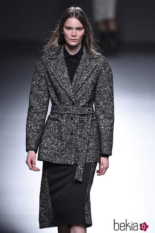 Chaqueta y falda de cheviot de la colección otoño/invierno 2015/2016 de Ángel Schlesser