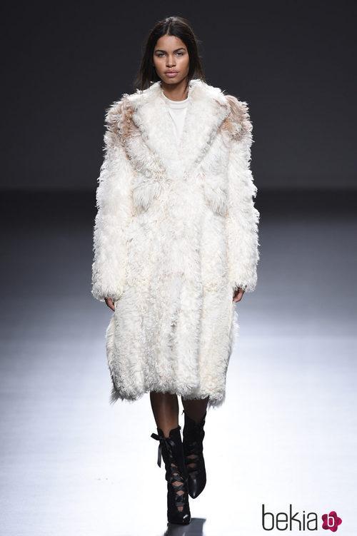 Abrigo de pelo en color blanco de la colección otoño/invierno 2015/2016 de Ángel Schlesser