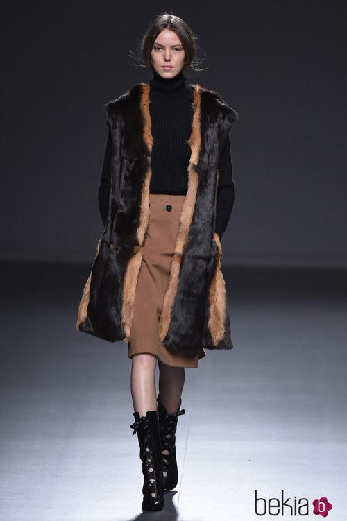 Abrigo de piel bicolor de la colección otoño/invierno 2015/2016 de Ángel Schlesser