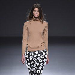 Falda de flores y camiseta camel de la colección otoño/invierno 2015/2016 de Ángel Schlesser