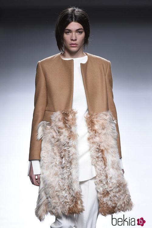 Abrigo con dualidad de texturas en camel de la colección otoño/invierno 2015/2016 de Ángel Schlesser