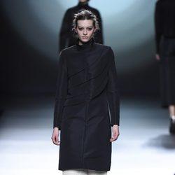 Abrigo negro de la colección otoño/invierno 2015/2016 de Amaya Arzuaga en Madrid Fashion Week