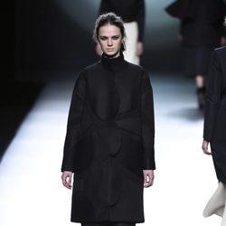 Look total black de la colección otoño/invierno 2015/2016 de Amaya Arzuaga en Madrid Fashion Week