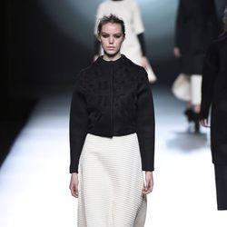 Torera negra de la colección otoño/invierno 2015/2016 de Amaya Arzuaga en Madrid Fashion Week