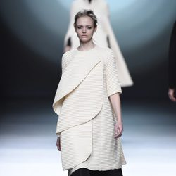 Abrigo blanco de la colección otoño/invierno 2015/2016 de Amaya Arzuaga en Madrid Fashion Week