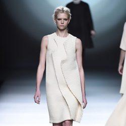 Vestido blanco de la colección otoño/invierno 2015/2016 de Amaya Arzuaga en Madrid Fashion Week